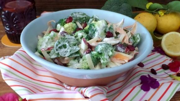 Ensalada de brócoli y manzana con arándanos rojos