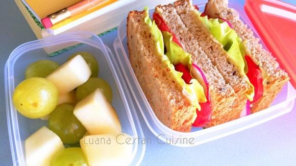 Tramezzino di pane ai cereali farcito con maionese vegetale e insalata
