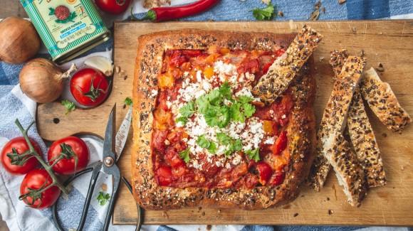 Shakshuka broodpan met tomaten, paprika en feta