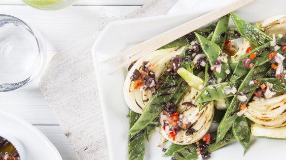 Grilled green beans and fennel with olives and chilli pepper