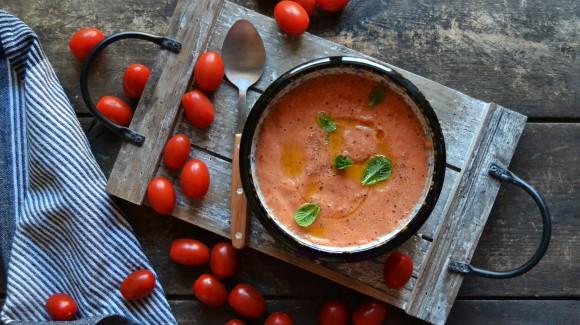 Verrassende gazpacho van zoete snoeptomaatjes met munt