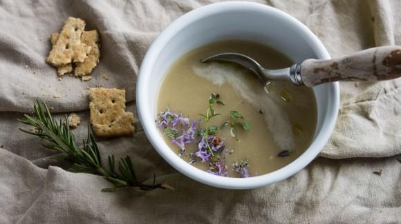 Sopa miso cremosa de ajo y romero.