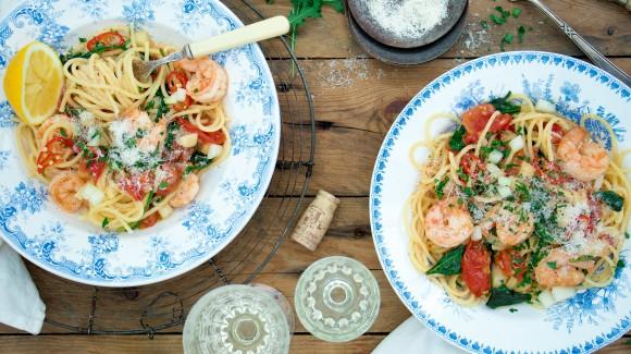 Pasta met tomaat, spinazie, garnalen en rode peper