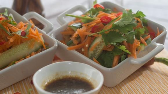 Pittige noodle salade met wortel, komkommer en koriander
