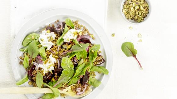Spinaziesalade met linzen en pistachenoten