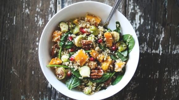 Spruitjessalade met zoete aardappel, spinazie en quinoa