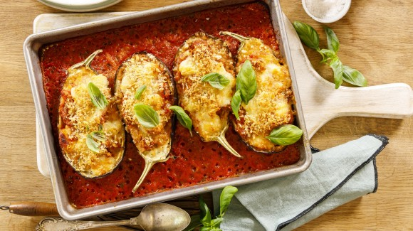 Stuffed aubergine with bolognese sauce and mozzarella
