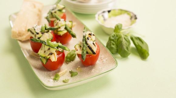 Tomates farcies aux pâtes, asperges vertes, parmesan
