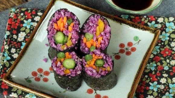 Raw makimono roll com arroz de couve flor, pimentão amarelo, snack-pep e vagem francesa