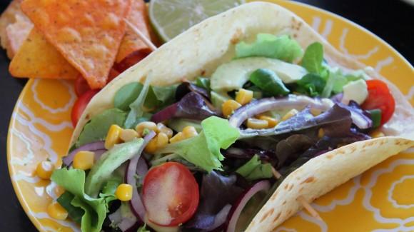 Tacos vegetales con aguacate y vinagreta de mostaza y lima