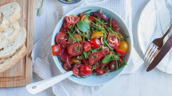 Tomatensalade met zeekraal, knoflook en basilicum
