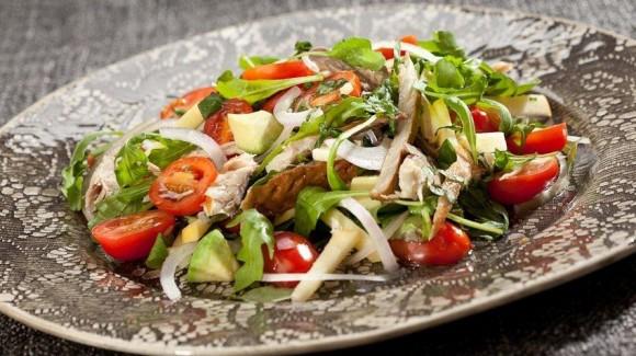 Snacktomaten salade met gerookte makreel