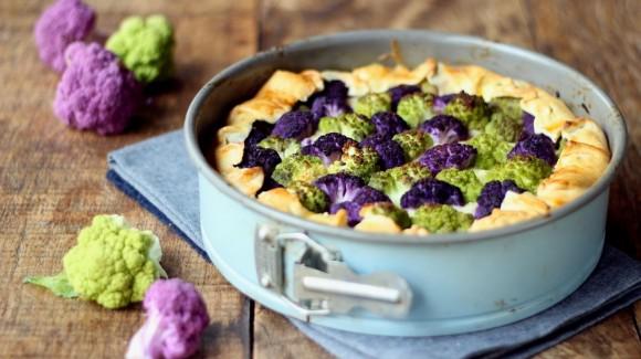 Torta de couve-flor de duas cores, bechamel e queijo