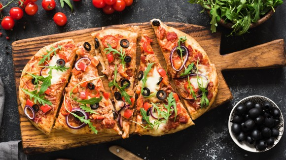 Tomato and tuna flatbread pizza