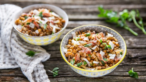 Spelt salad with lentils, onion, pecorino and ham