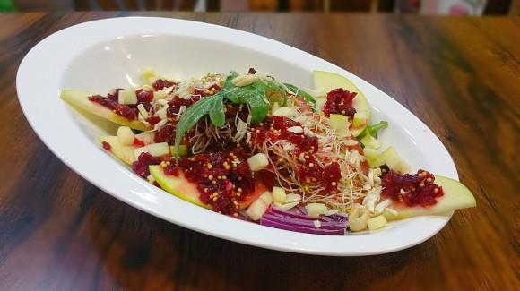 Ensalada de canónigos, rúcula, manzana y germinados con vinagreta de remolacha