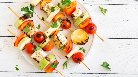 Vegetarian skewers, seasoned halloumi and veggies
