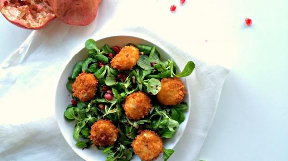 Salade van veldsla, geitenkaas en granaatappel