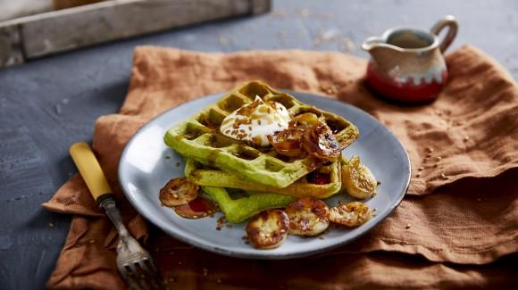 Hartige wafels met spinazie en gekarameliseerde banaan