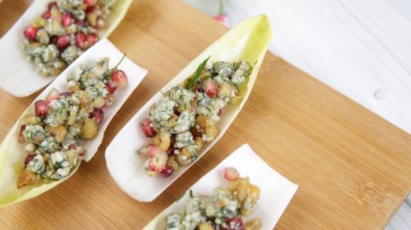 Witlof met Spaanse blauwe kaas, hazelnoten en granaatappelpitjes