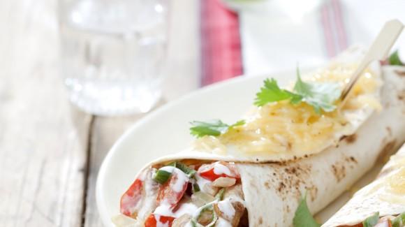 Rollito de ensalada con pepino, tomate y carne asada