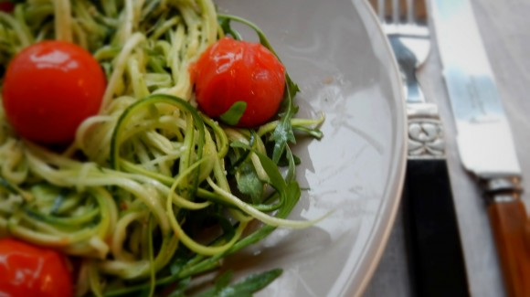 Easy zucchini noodles with pesto & grilled tomatoes