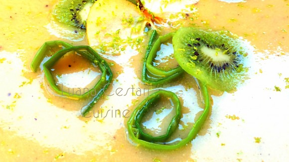 Zuppa di porro, mela e kiwi con zeste di lime