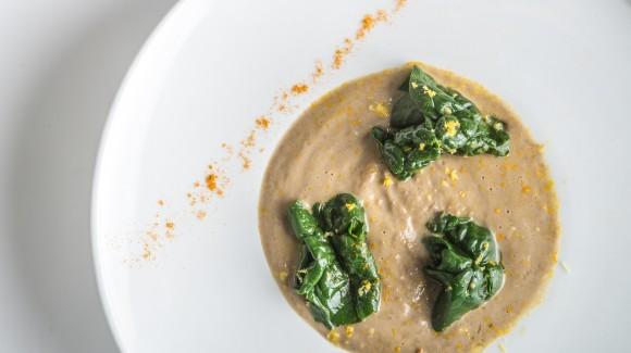 Zuppa di lenticchie e spinaci alla curcuma con crostoni integrali